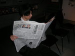 新聞を読む.JPG